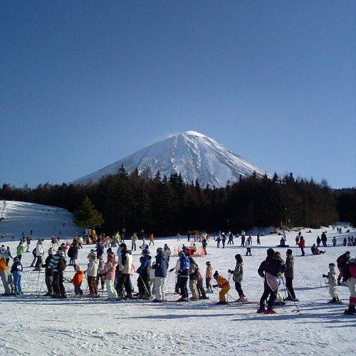 真ん中の山は富士山です